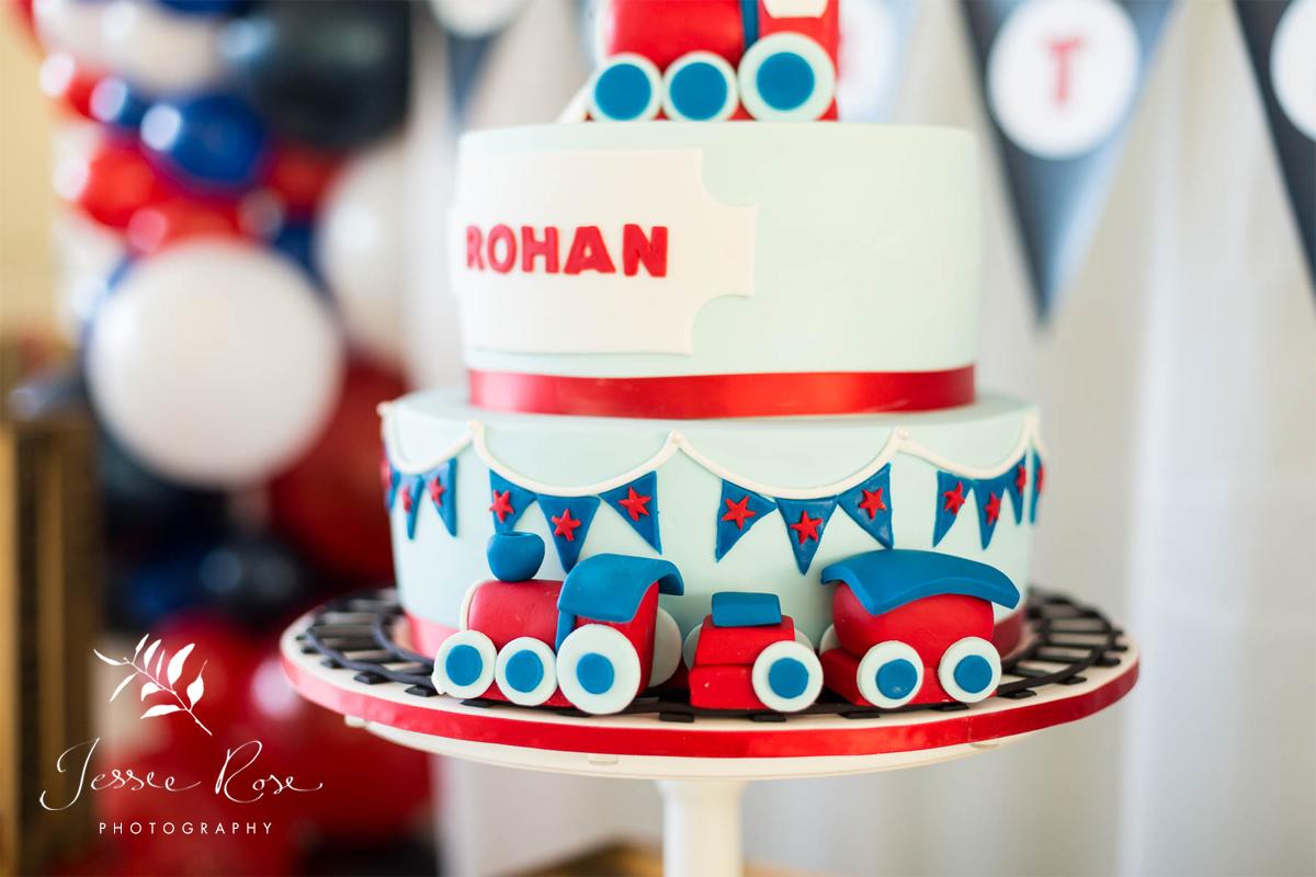 train-themed-bithday-cake