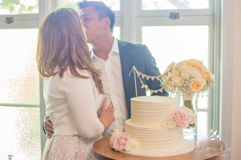 sydney-wedding-cake-pink-roses-kiss