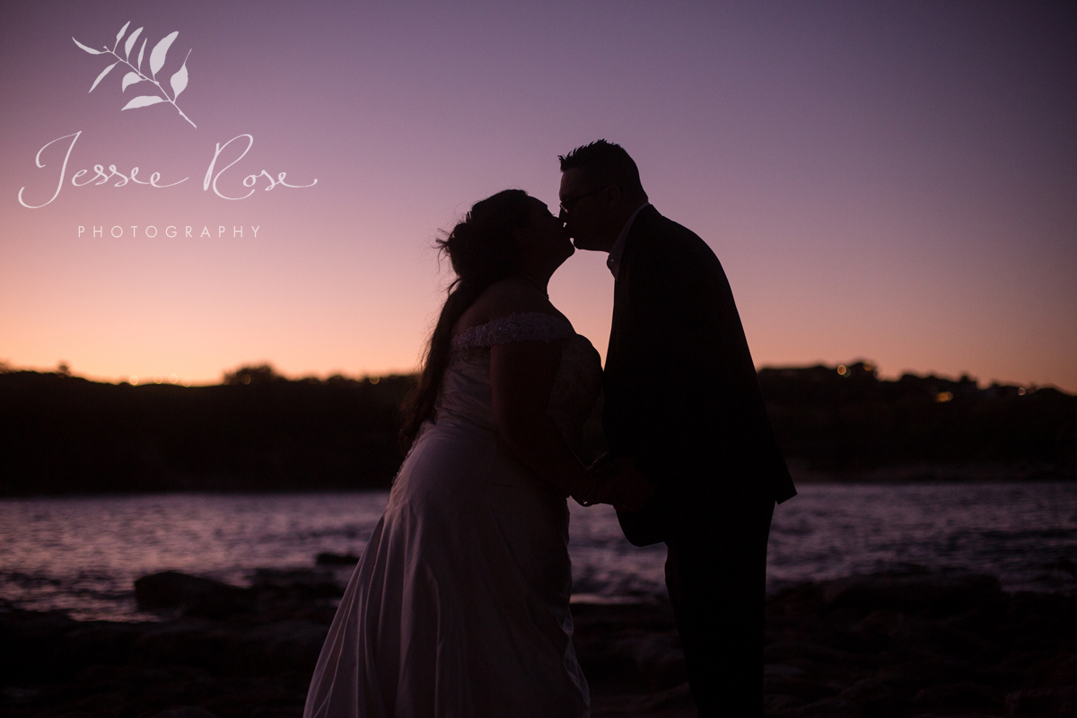 silhouette-wedding-kiss