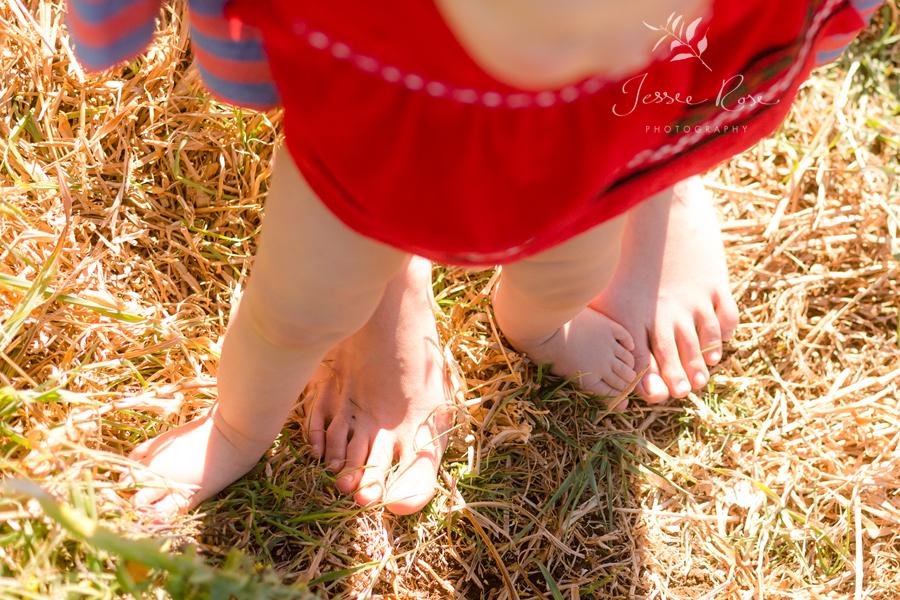 mother-daughter-feet